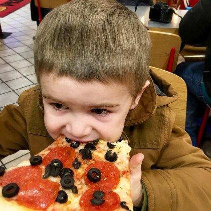 Henry_pizza_bite_03.04.17
